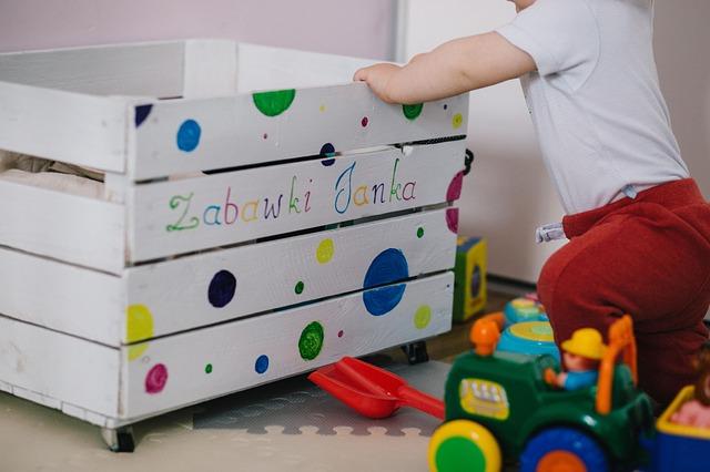 dekoracje do pokoju niemowlaka